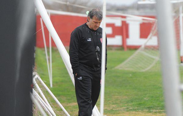 Concentrado. El Tata Martino camina en soledad y analiza la formación para enfrentar al Pincha.