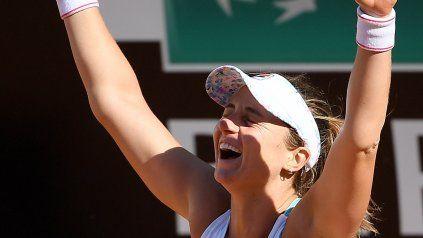 Nadia Podoroska alza los brazos, sabe que lo hizo otra vez. De nuevo una victoria resonante y para la historia, ahora contra Serena Williams.