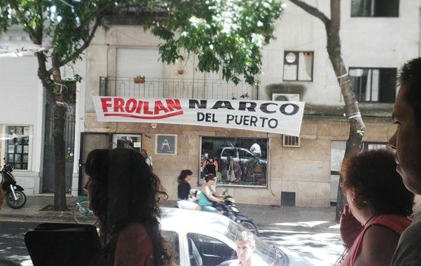 Mensaje. Un pasacalle colgado frente a Tribunales por Montevideo al 2000.
