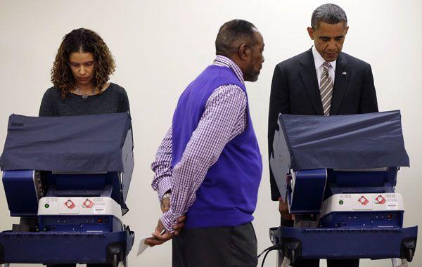 Obama vota en un centro electoral de Chicago. El voto anticipado lo favorecería.