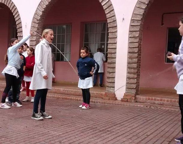 Actualmente a la escuela asisten unos 800 alumnos.