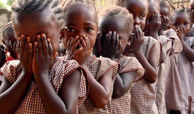 Aterrorizadas, niñas africanas esperan en fila para ser mutiladas en un país de Africa. La costumbre también está extendida a países árabes de Medio Oriente.
