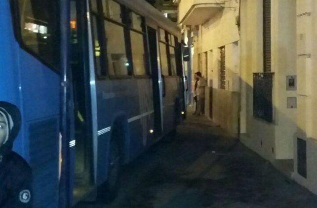 El ómnibus de la Línea 122 terminó subiéndose a la vereda tras la descompostura del chofer.