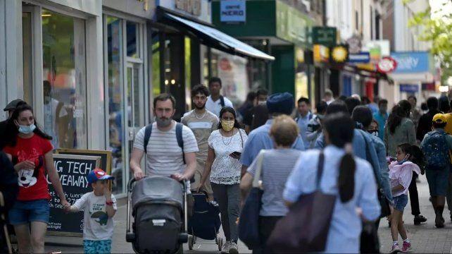 Los contagios volvieron a trepar en algunas regiones de Reino Unido y obligan a replantear las estrategias de las autoridades.