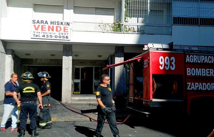 Las tareas de apuntalamiento del edificio del siniestro continuaban esta mañana. (Foto: Celina Mutti Lovera / La Capital)