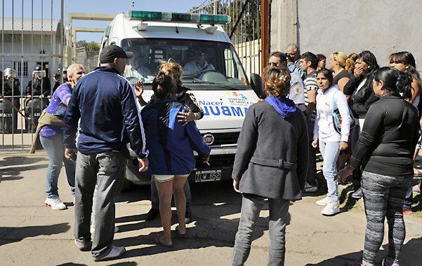 Vigilia. Familiares de los presos alojados en la alcaidía rodeaban a las ambulancias que sacaban a los heridos.