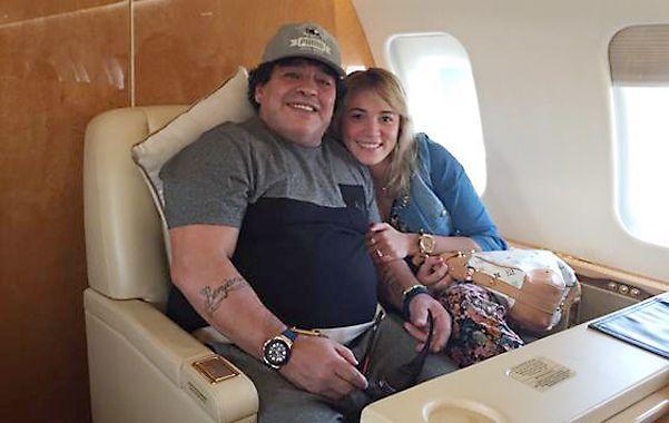 Abrazaditos. Última foto del Diez. La colocó en Twitter Jorge Rial. En viaje a África con su novia Rocío Oliva.