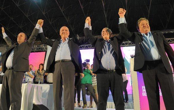 Brazos en alto. El gobernador Bonfatti y el vice Henn