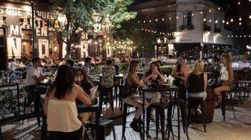Vuelta atrás. Con las nuevas restricciones los bares y restaurantes deberán cerrar a las 23. Desde el sector gastronómico advierten que el clima afectará la posibilidad de sumar clientes al aire libre