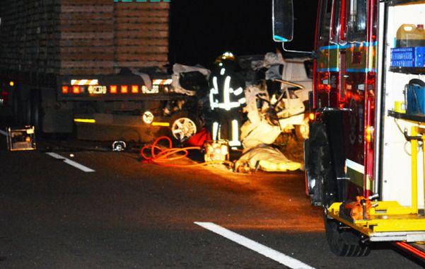 Trágico. El conductor y acompañante de la camioneta murieron en el acto.