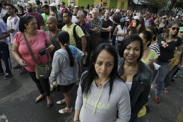 Los venezolanos esperaron estoicamente su turno ante las mesas. Fueron millones sólo en Caracas.