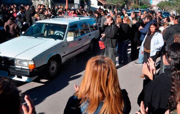 Cortejo. Los restos de la joven de Monte Hermoso fueron enterrados en un cementerio de Coronel Dorrego.