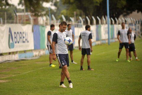 Otra ropa. El zaguero dejó Atlético Tucumán tras cinco años y estará esta noche en Rosario. Mañana debe firmar.