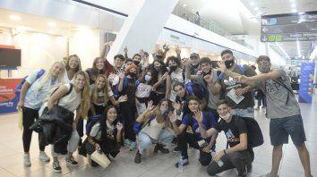 MUY CONTENTOS. Los estudiantes, alegres ayer en el aeropuerto, antes de embarcar hacia Bariloche.