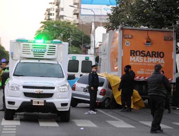 Pellegrini y Paraguay. Cuatro jóvenes fallecieron cuando el auto en el que viajaban embistió de atrás a un camión.