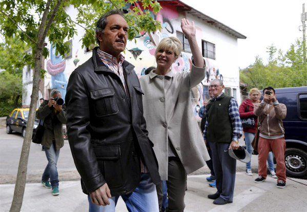 El candidato oficialista fue a votar acompañado por su mujer Karina Rabolini.