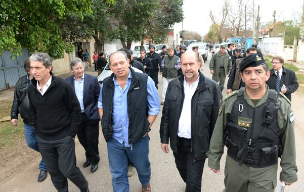 Paso a paso. Berni permaneció acompañado por el precandidato a senador nacional kirchnerista Omar Perotti. (foto: Silvina Salinas)