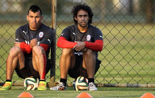 Medel y Valdivia se toman un descanso durante el entrenamiento del elenco trasandino previo al duelo frente a Holanda.