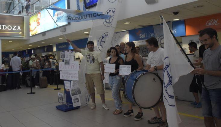 Los trabajadores de Sol continúan con la protesta frente a los mostradores del aeropuerto de Rosario. (Foto: S. Suárez Meccia)