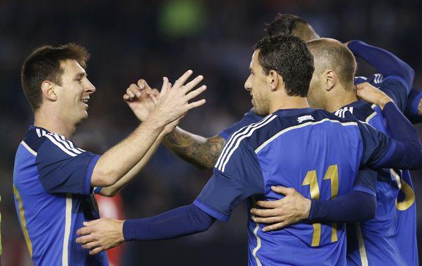 Todos con el 11. Messi y Palacio celebran con Maxi el tercer gol argentino.