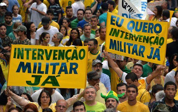 Indignación popular. Un 66 por ciento de la población brasileña apoya el juicio político y la destitución de Rousseff.
