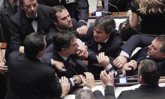 Un grupo de legisladores italianos se tomaron a golpes en plena sesión por culpa de Berlusconi