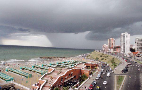 Mar del Plata. El temporal de lluvia y viento persistía ayer con intensidad.