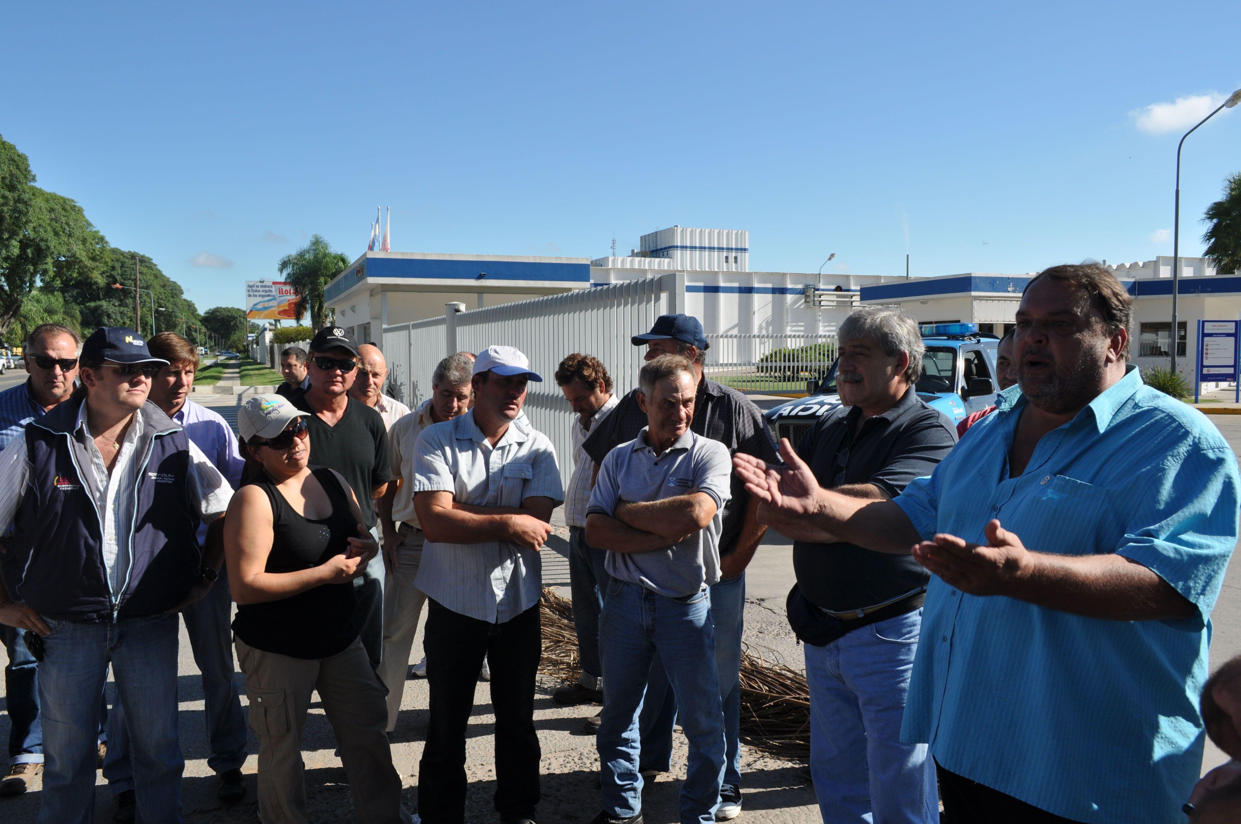 Los productores multiplican protestas frente a las usinas lácteas.