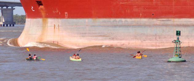 Muy cerca del puente Rosario-Victoria tres kayacs se acercan peligrosamente a un barco carguero en pleno movimiento. (Foto: E. Rodríguez Moreno)