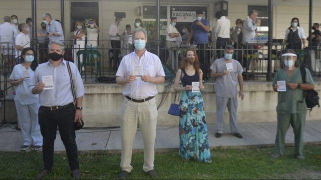 Los primeros vacunados contra el covid en el hospital Centenario de Rosario muestran