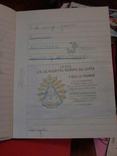 Los cuadernos de estos chicos comienzan con la fecha 8 de mayo y una fotocopia con una imagen de la virgen de Luján con la oración.