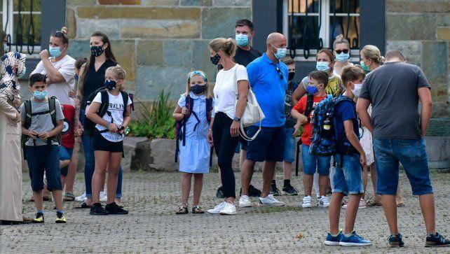Papás aguardan frente a una escuela en Gelsenkirchen