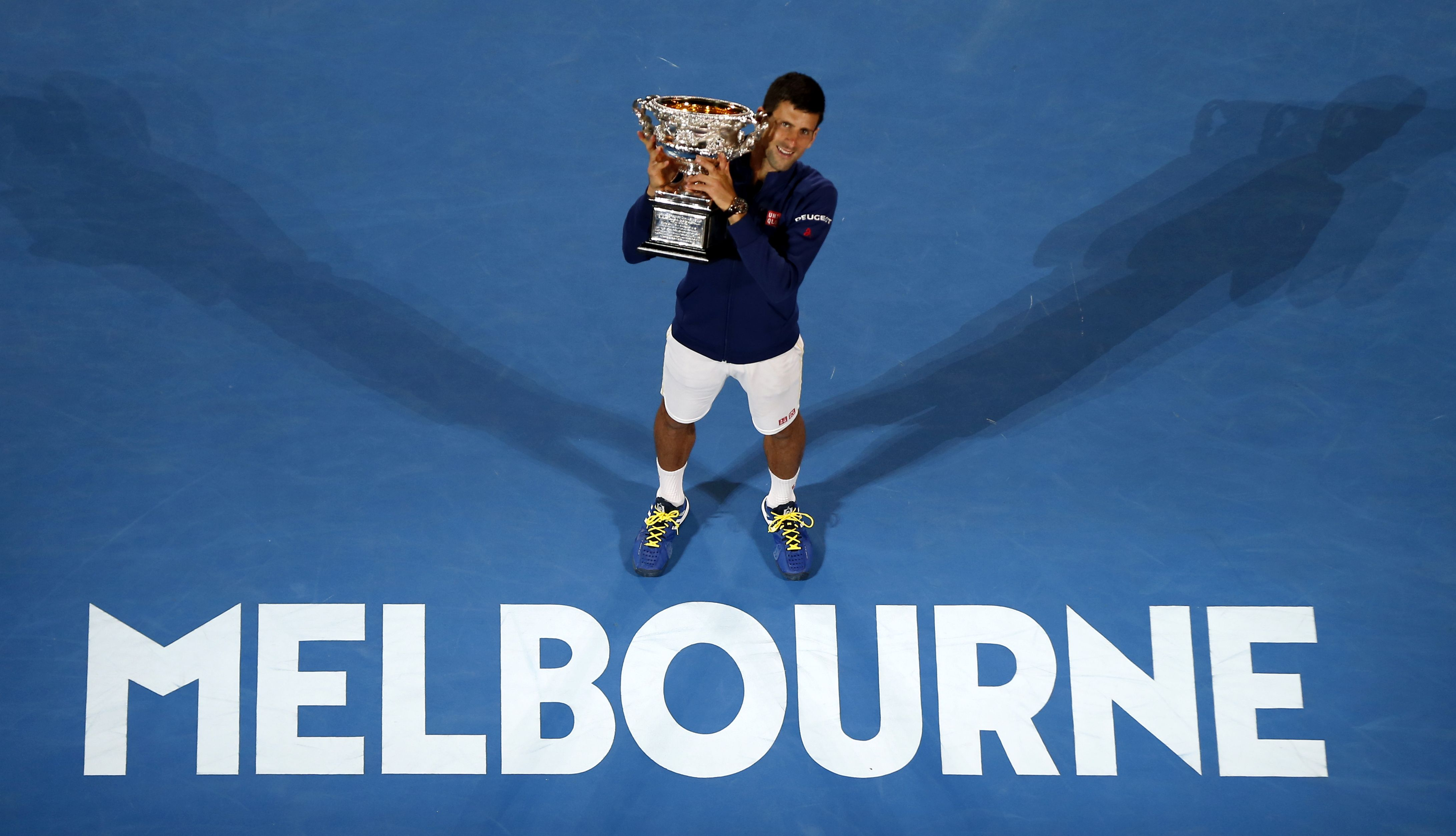 El serbio sometió de nuevo a Andy Murray en la final del Abierto de Australia e igualó las seis conquistas del australiano Roy Emerson.(AP)