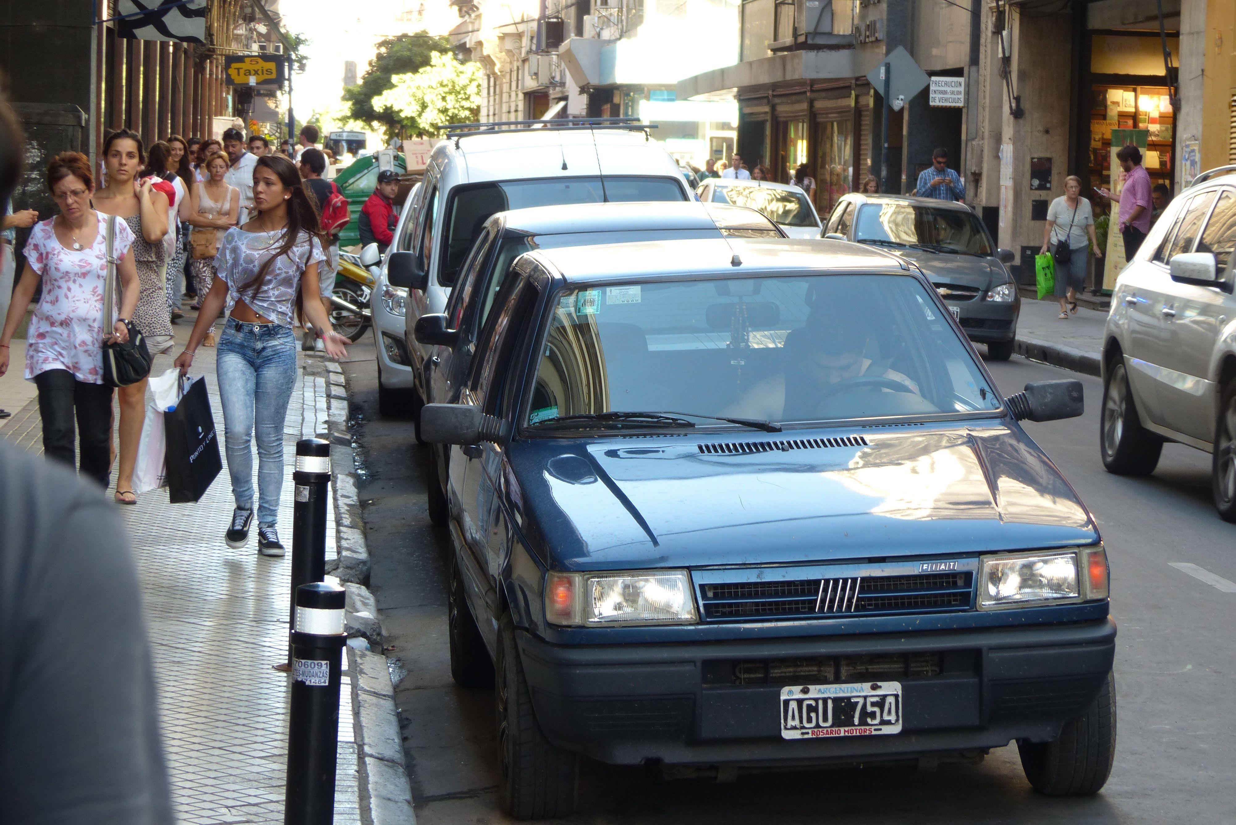 Antecedente. El año pasado el gobierno local convalidó el estacionamiento de vehículos particulares en las calles céntricas los tres días previos a Navidad. (Angel Amaya / La Capital)