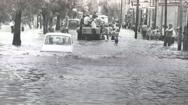 Juan José Paso al 2500 es la imagen de la desesperación de los vecinos ante la llegada del agua.