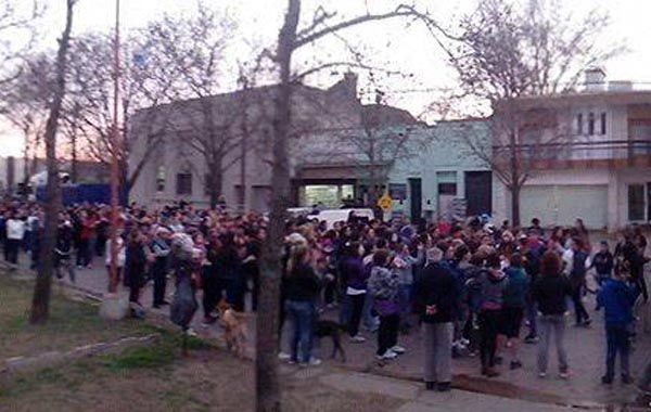 Los vecinos de Teodelina marcharon ayer pidiendo que se esclarezca lo denunciado por Nahuel G.