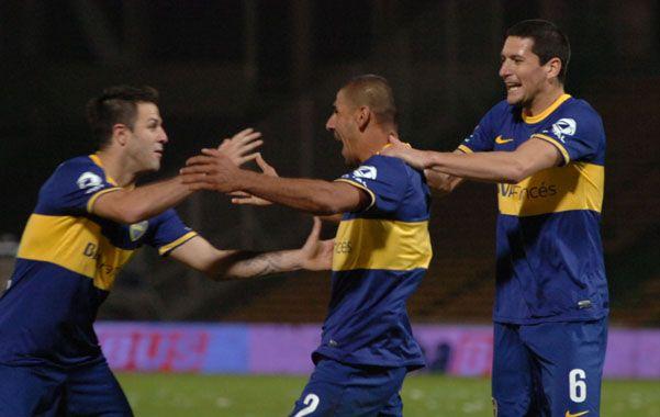 El 2-1. El Cata Díaz festeja junto al Burrito Martínez y el zaguero Guillermo Burdisso tras marcar el gol del triunfo.