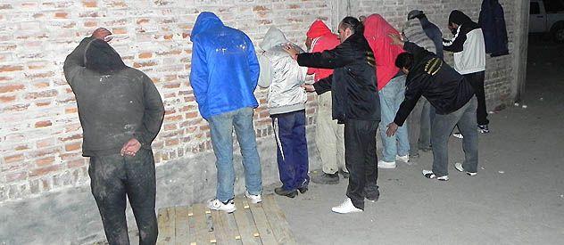 Once personas fueron detenidas como presuntos integrantes de la banda que operaba en la provincia de Buenos Aires a partir de la denuncia de un camionero que confesó que había entregado la carga.
