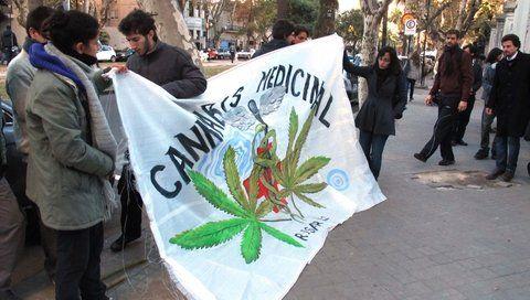 reclamo. El Congreso nacional aprobó en marzo la ley que posibilita la elaboración estatal de este tipo de medicamentos.