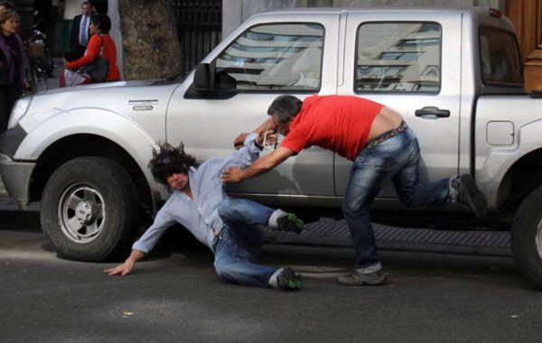 Varios hombres salieron de la Legislatura y comenzaron a agredir a golpes de puños a los taxistas