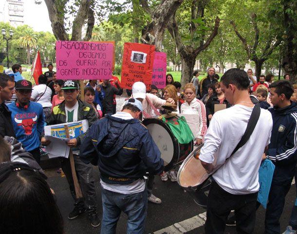 Los manifestantes llevaron pancartas y banderas hasta la sede local de Gobernación