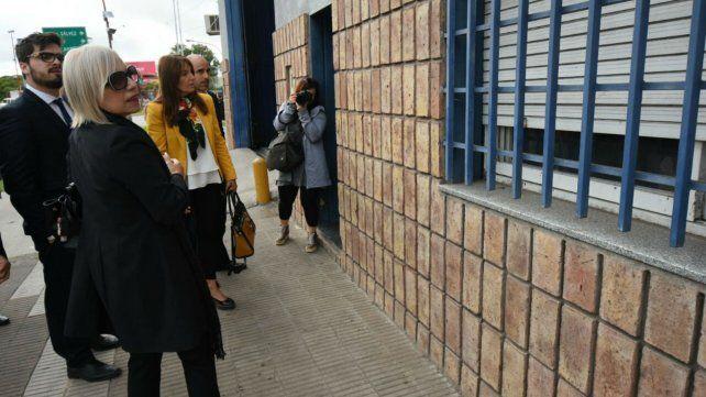 La fiscal Herrera y otros funcionarios judiciales frente al local donde funcionaba Infitnity Night