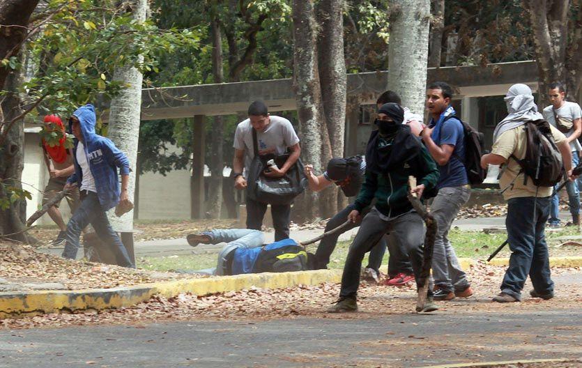 """Alevosía. Los """"colectivos"""" chavistas golpean a un estudiante caído en la Universidad Central de Venezuela."""