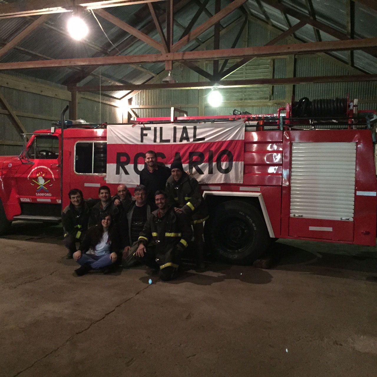 Solidarios. hinchas de River junto a Darío Fabretti y un grupo de bomberos voluntarios en el cuartel de Sanford.