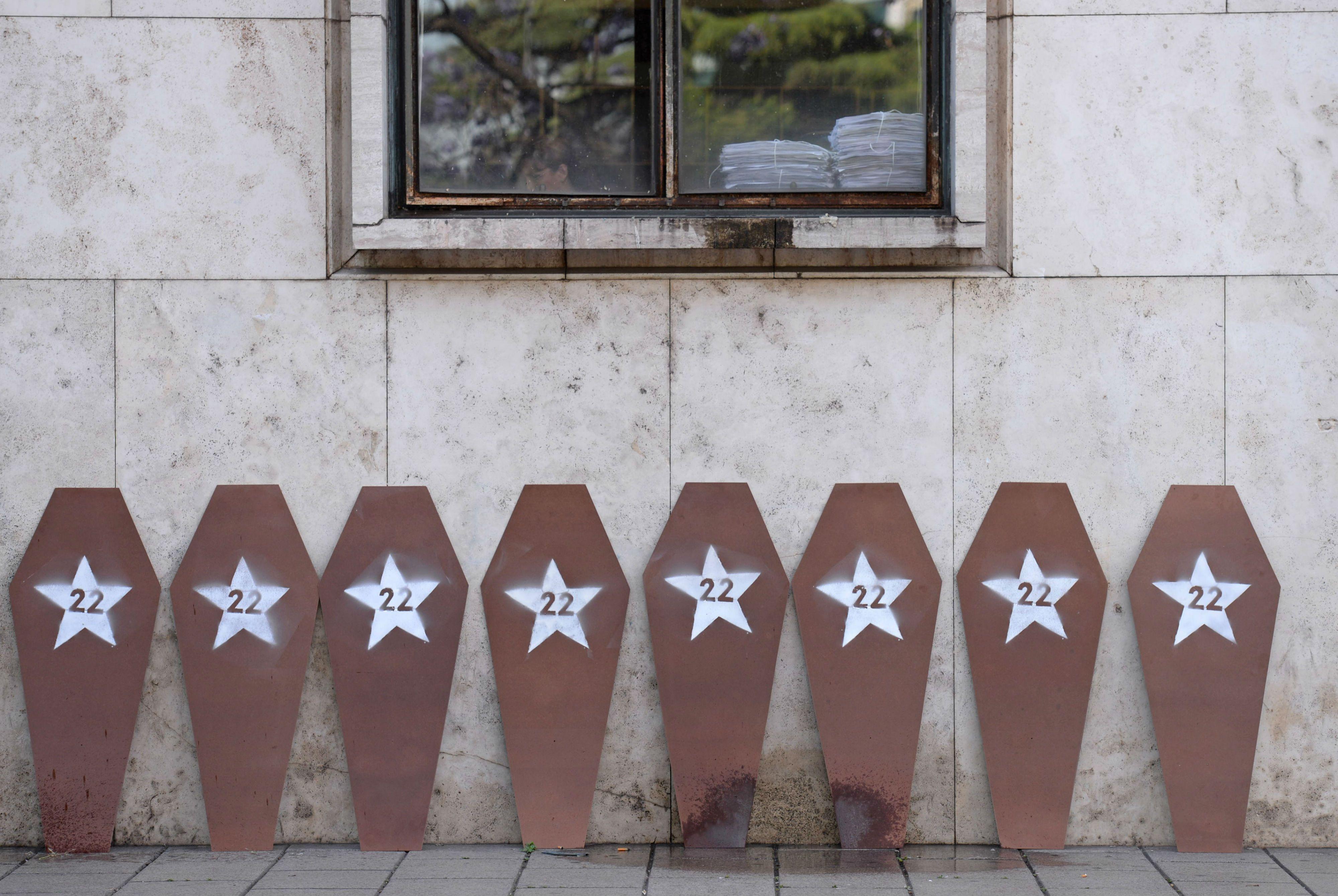 Los familiares llevaron réplicas de tapas de féretros con 22 estrellas para recordar a las víctimas. (Foto: S. Salinas)