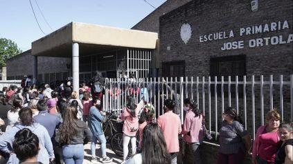 Conmoción este lunes en la puerta de la Escuela N°1319 de Empalme Graneros por la denuncia de supuesta violanción a una nena de 4to. grado.