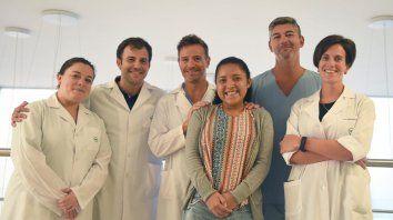 Hay equipo. Ivana, sonriente junto al equipo de profesionales de la Unidad de Hígado del Hospital Privado de Rosario, donde había llegado en estado crítico.