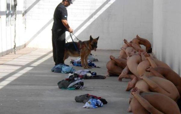 Reveladora. Los internos fueron desnudados en un patio del penal.