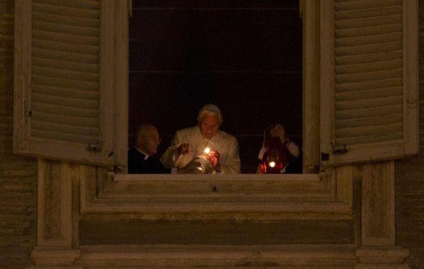 Benedicto XVI realizó un homenaje personal al pesebre inaugurado en ese momento en la Plaza San Pedro.