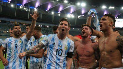 Video: Messi lo frenó en seco a De Paul en medio del festejo en la final